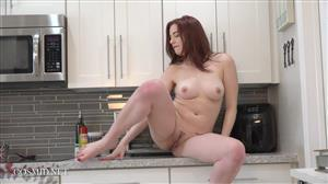 cosmid-19-10-30-amber-smith-in-the-kitchen.jpg